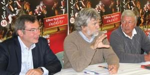 Lors de la présentation, de gauche à droite, Nicolas Desfachelle, conseiller général d'Arras-Nord, Philippe Salomé, président d'Anzin culture nature, et Dominique Martens, créateur du spectacle, auteur et metteur en scène.