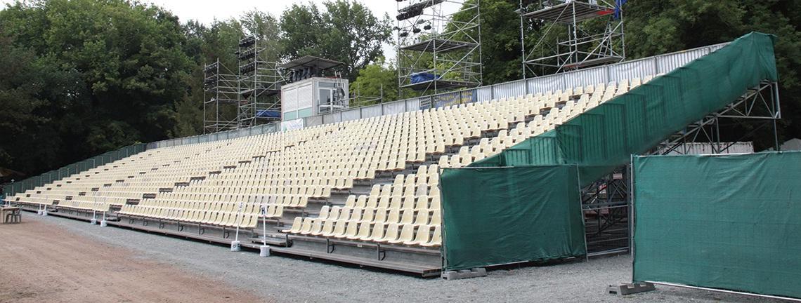 La tribune a une capacité de 1 844 places, nombre de spectateurs maximum par soirée.