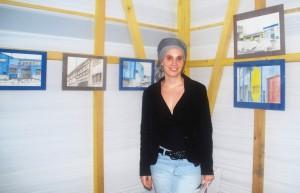 L'artiste peintre Agathe Verschaffel, accueillie en résidence dans la saurisserie de Capécure.