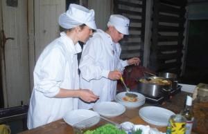Le lieu, chargé de l'histoire industrielle du port de Boulogne, est aussi un laboratoire d'expérimentations culinaires. Amélie Cerise (à gauche) y a invité la designer culinaire Delphine Huguet.