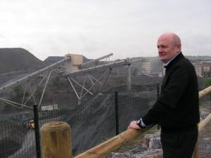 Jean-Pierre Renard, le directeur de la CCM. En contrebas, le site d'extraction actuel. L'entreprise a aménagé un belvédère ouvert au public. Il a été inauguré début mai.