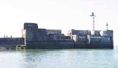 Le tube de 15 tonnes est plongé dans la rade intérieure du port de Boulogne.
