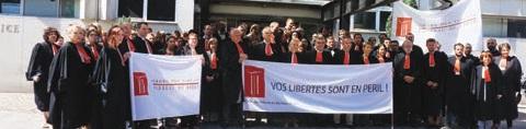 Mobilisation des avocats le 1er juillet, devant le TGI de Lille, avec un rabat rouge en signe de contestation.