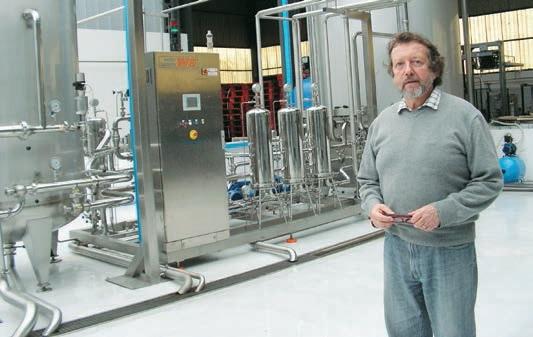 Baudry Guillaume, le président de la SAS. Derrière lui, le dispositif de filtrage de l'eau pompée dans le sous-sol.