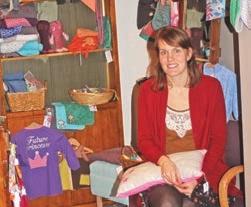 Claire Naye dans le coin création bébé de sa boutique, celui qui remporte le plus de succès.