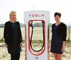 Delphine Rocca (à gauche) et Stéphanie Thibaut entourent l'une des deux bornes de rechargement Tesla.