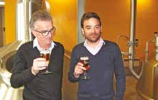 Raymond Duyck et son fils Mathieu durant l'inauguration et les échanges avec la presse. Le père prépare la transmission de la brasserie à son fils. Il représentera la cinquième génération.