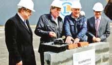 Lors de la pose de la première pierre, un moment d'émotion avec la présence de Jean Maurice, dirigeant fondateur de la coopérative Scapartois, qui tient la truelle avec bonheur.