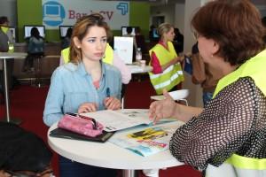 Une jeune fille à la recherche d'une formation s'entretient avec une conseillère Pôle emploi .