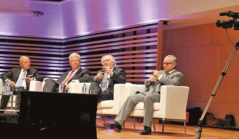De gauche à droite, Serge Camine et Laurent Degroote, respectivement présidents des CESER de Picardie et du Nord-Pas-de-Calais, Daniel Percheron et Claude Gewerc, président des Conseils régionaux du Nord-Pas-de-Calais et de Picardie.