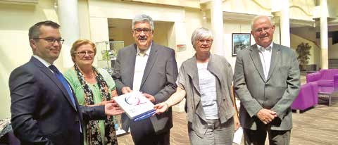 M. Samseou reçoit la plaque des mains de Nicole Heux, présidente de l'OT de Calais, de Pierre Nouchi, président du Syndicat des hôteliers restaurateurs du Calaisis, et de Christine Nacry.