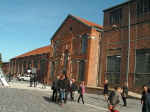 Le bâtiment reconverti, celui des compresseurs, qui accueille les espaces et équipements techniques et le laboratoire universitaire DeVisu.