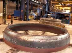 Dans les ateliers, deux exemples de couronnes : l'une destinée à un sous-marin nucléaire, l'autre à la fusée Ariane.