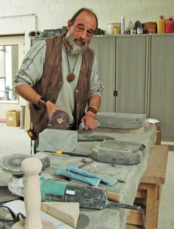 Guy Harbonnier s'occupe de la pierre bleue.
