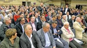 Une assemblée très attentive. Au 1er rang, de g. à dr., MM. Dusautoir, Cornette et Denis, maires de Houlle, Moringhem et Eperlecques.