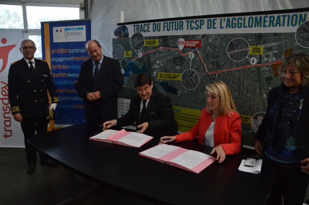 """La charte """"Entreprises et Quartiers"""" a été signée dans les locaux de Calais Opale bus par le ministre de la Ville, de la Jeunesse et des Sports, Patrick Kanner et Laurence Broseta, directrice générale de Transdev."""