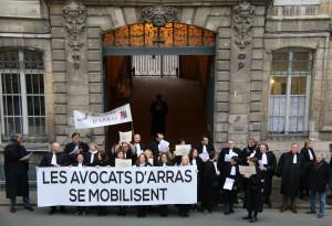 Près de la moitié des avocats du barreau d'Arras se sont mobilisés à l'entrée du tribunal d'Arras.