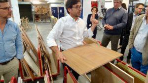 Olivier Nicolas présente la préparation d'une table en teck pour le carré, dans l'atelier d'ébénisterie