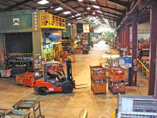 Une vue sur le vaste atelier où l'on dénombre toute une gamme de presses (à partir de 250 tonnes) et d'outillages associés ou annexes.